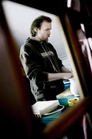 KONA FORS�RGER: — Jeg har aldri bedt om hjelp. Ikke f�tt det, heller, sier Vikernes til tross for at kona fors�rger familien. Foto: LINDA N�SFELDT/DAGBLADET