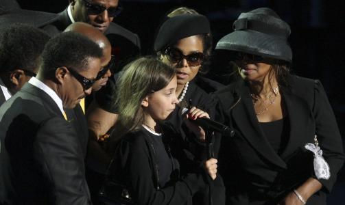 JEG ELSKER DEG: Michael Jacksons datter Paris ved mikrofonen omringet av Michaels søsken Tito, Marlon, Randy, Jackie, Janet, og Rebbie Jackson. Foto:EPA/MARIO ANZUONI/REUTERS POOL