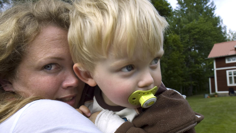Skal si lille svenske Theo (2) har vært uheldig i møte med huggorm. thumbnail