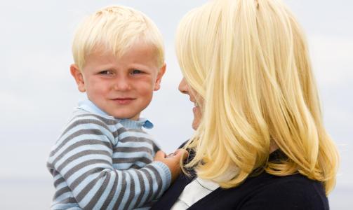 I MAMMAS ARMER: Kronprinsesse Mette-Marit tar seg av prins Sverre Magnus. Foto: SCANPIX