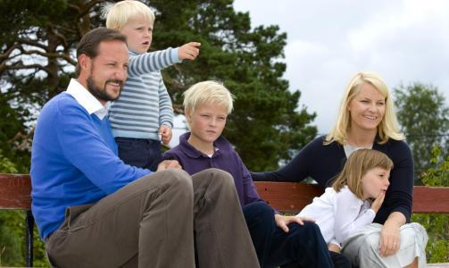 HELE FAMILIEN: Fra venstre kronprins Haakon, prins Sverre Magnus, Marius Borg H�iby, prinsesse Ingrid Alexandra og kronprinsesse Mette-Marit som ferierer p� Flatholmen denne uka. Foto: SCANPIX