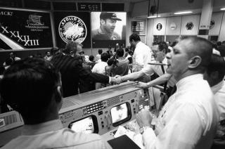 GAMLE DAGER: Flight Director Gene Kranz var med p� � bygge opp NASA, og deltok i oppskytingen av USAs f�rste astronaut og Apollo-11-landingen. I boka Failure is not an option beskriver han de f�rste, usikre �rene i NASA hvor de m�tte bryte ny grunn. - N�r jeg ser tilbake s� innser jeg hvor primitive fasiliteter vi hadde, skriver Kranz. Her feirer han Apollo 13s trygge hjemkomst med en sigar i kontrollrommet. Foto: SCANPIX