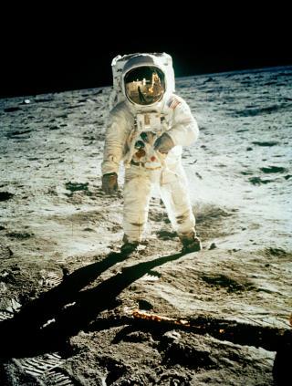 KRITISK: Buzz Aldrin fotografert p� m�neoverflaten. Aldrin, som var nummer to, er sterk motstander av at NASA vil tilbake til m�nen, og mener Mars m� v�re f�rsteprioritet. Foto: AP Photo, NASA