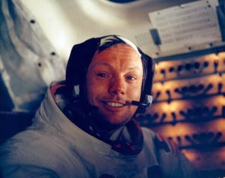 ETTER GTUREN: Neil Armstrong vel tilbake i landingsmodulen etter de historiske skrittene i 1969. Armstrong har i rene etter trukket seg tilbake og stiller sjelden til intervjuer eller begivenheter som omhandler Apollo 11. Foto: SCANPIX/EPA/NASA