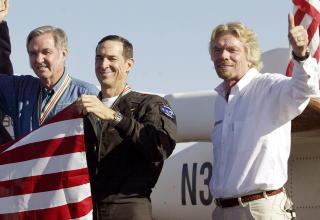 FRAMTIDA?: (F.h.) Sir Richard Branson, pilot Brian Binnie og utvikler Burt Rutan feirer at SpaceShipOne ble det f�rste sivile. Premien var 10 millioner dollar. Foto: SCANPIX/REUTERS/Robert Galbraith