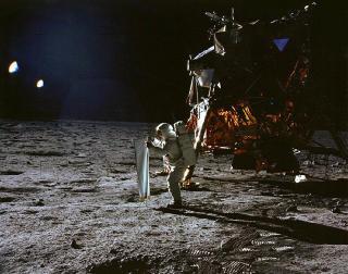 S� LYSET: Buzz Aldrin nyter solen p� m�nen med Apollo 11s landingsmodul Eagle i bakgrunnen. Foto: NASA/AFP PHOTO