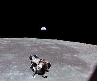 12 PERSONER HAR V�RT DER: Apollo 11s landingsmodul er p� vei til overflaten p� m�nen i 1969. Bare tolv personer fordelt p� seks landinger har v�rt p� m�nen. Foto: EPA/NASA