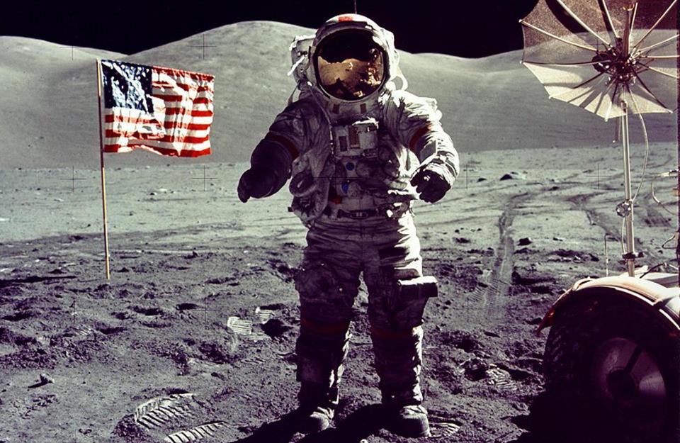 SISTEMANN: Astronaut Eugene Cernan om bord Apollo 17 var den siste til � g� p� m�nen i desember 1972. Siden har ingen v�rt tilbake. Kritikere slakter NASAs plan om � returnere til m�nen innen 2020, og mener vi istedet m� rette blikket mot Mars. Foto: NASA/REUTERS/Scanpix