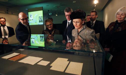 DELTOK P� �PNINGEN: Dronning Sonja studerte Knut Hamsuns h�ndskrevne manuskript og korrekturutgaven av �Sult� i Nasjonalbiblioteket i Oslo da hun deltok under �pningen av Hamsun-�ret. Foto Erlend Aas / SCANPIX