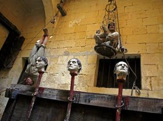BLODIG: Folk fikk hodet kuttet av og satt staur , som straff for at de var vantro.