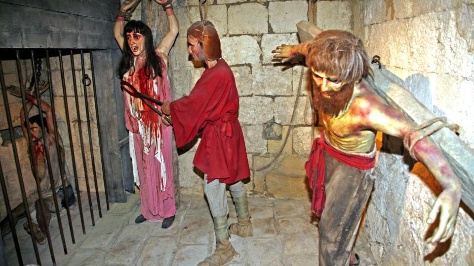 SKREKK:  Voksfigurer viser hvordan romerske voktere skj�rer brystet av den stakkars Agatha, som senere ble gjort til helgen. Alle foto: Eivind Pedersen