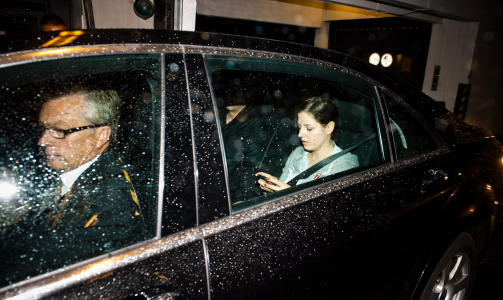 P� VEI:  Her forlater Madonnas bil Grand Hotel i dag. Foto: H�kon Eikesdal