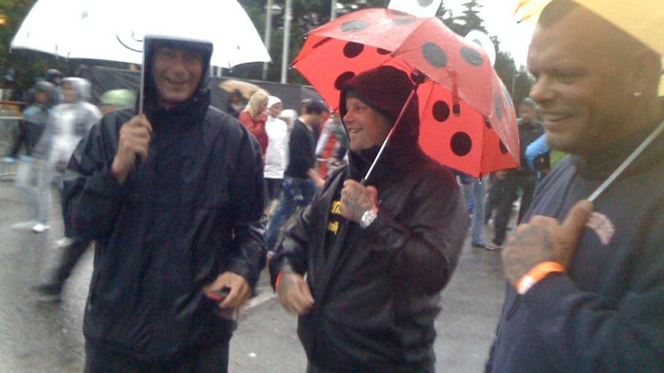 FUKTIG OPPLEVELSE:  Disse konsertgjengerne har forel�pig sikra seg mot regnet med paraplyer. Men dem kan de bare glemme � f� med inn p� selve konsertomr�det. Foto: J�rgen Brynhildsvoll