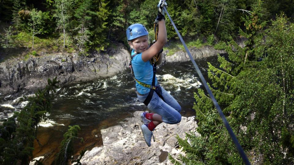 H�YDESKREKK: Frida Borg (10) har klatret mye tidligere, men innr�mmer likevel at hun er litt redd for h�yder f�r hun kaster seg utfor i Norges lengste wire-bane. - Det var veldig g�y, men litt h�yt ogs�, sier hun til Dagbladet. Foto: Lars Lindqvist.