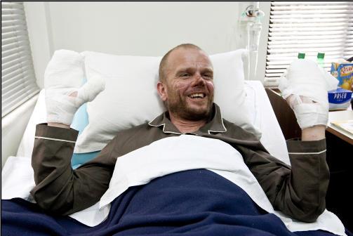 REDDET: Jarle Tr� ligger p� sykehuset med store frostskader etter at han ble reddet ned fra Mount Everest. Inntil det ble klart at han m�tte amputere fingre og t�r, hadde han ikke gitt opp h�pet om � n� toppen av Everest alene og uten oksygen.