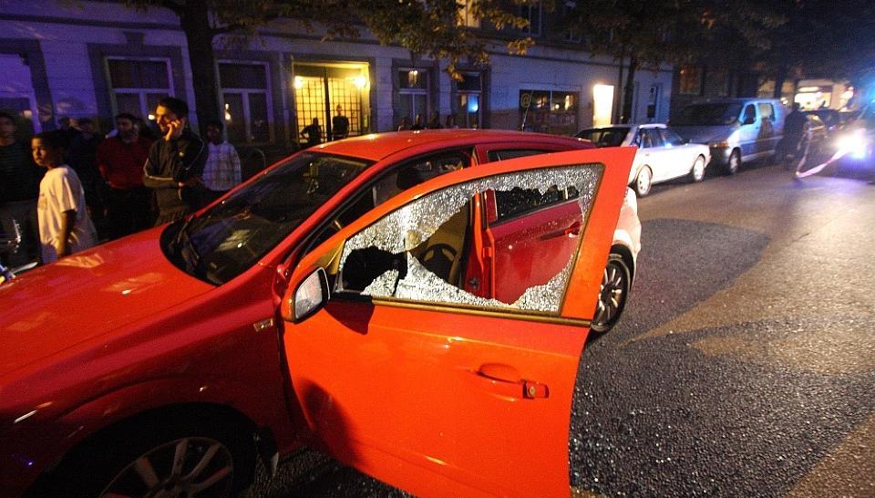 SKUTT I BILEN: 39-�ringen satt i f�rersetet p� denne bilen da han ble skutt. Han d�de av skadene etter kort tid. Foto: Svein Gustav Wilhelmsen