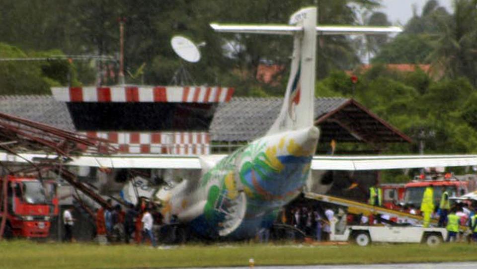 Kan det være det kraftige regnet som strømmet ned da flyet gled ut av rullebanen. thumbnail