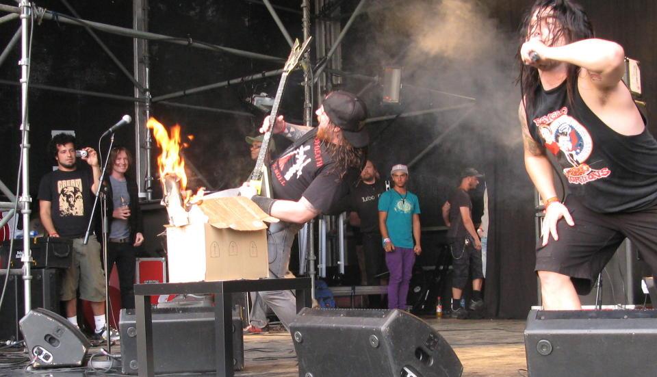 KIRKEBRENNING: Thrashmetall-bandet Municipal Waste hadde kanskje studert blackmetal-stereotypiene litt vel hardt. I kveld sto de p� scenen p� �yafestivalen. Foto: Jonas Pettersen