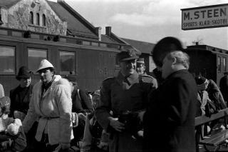 JAGET AV TYSKERNE: Kongefamilien og regjeringen ankommer Hamar stasjon. Under den dramatiske flukten var det n�re p� flere ganger. Hendelsen p� Hagevollen 15. april har v�rt tilsl�rt frem til 1985, da den sanne historien plutselig ble avdekket. Foto: Carl Normann, Hedmarksmuseets fotoarkiv