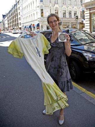 VELKLEDD:  24-årige Lotta Alhonnoro har sommerjobb i designforretningen Miun som selger klær som er laget av den internasjonalt kjente designeren Ilona Hyötyläinen.