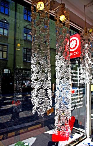 FLASKEFOR: I vinduet til forretningen Secco henger disse lysekronene. De er laget av utskårne flaskebunner fra brusflasker!