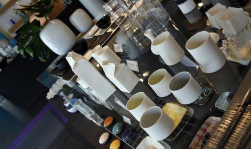 PRAKTISK: På utstillingsbordet hos Design Forum Finland står smarte gjenstander på rekke og raed.