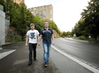 SKAPTE FURORE: Samboerparet Anders Rasmushaugen (24) og Michael Eimstad (33) gikk h�nd i h�nd p� Gr�nland i Oslo, da en utenlandsk mann fortalte dem at de var i en muslimsk bydel og det der liker jeg ikke. Deretter ble Anders sparket i l�ret. Foto: Henning Lilleg�rd
