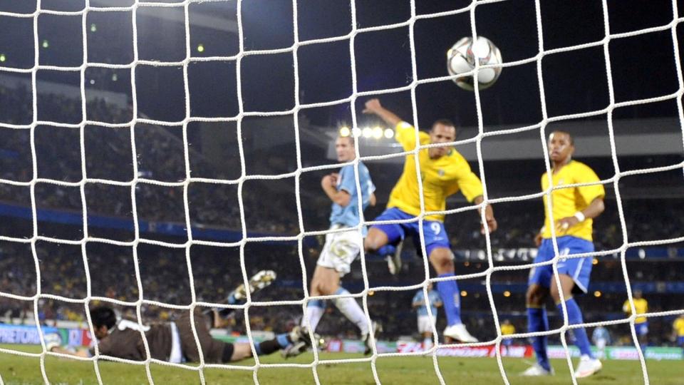 NRK SELGER FOTBALL-VM: Her scorer Luis Fabiano for Brasil mot Italia i Pr�ve-VM. Neste sommer blir halvparten av VM-kampene sendt p� Viasat-kaneler. Foto: AFP PHOTO/ VINCENZO PINTO