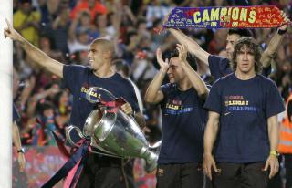 HOVEDKAMPER P� BETAL-TV: Viasat vil veksle mellom � vise storkampene p� Viasat 4 og Viasat Fotball. Her er �rets Champions League-vinnere, Barcelona, med pokalen. Foto: AP/Manu Fernandez