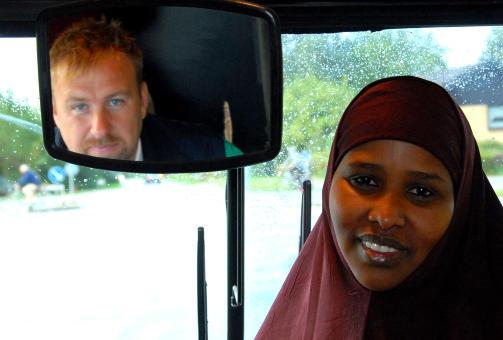 TRANSPORT- OG SOSIALARBEIDER: Maryan Abd er alenemor til fem barn, tre av dem busses til en skole langt unna hjemmet i �rhus. Hun har ikke bil, men er forn�yd med skoletilbudet. Abd og de andre foreldrene setter stor pris p� bussj�f�ren S�ren Ejlertsen (i speilet) som passer, tr�ster, roer og kj�rer barna hver dag. - Han er s� klok! sier hun.