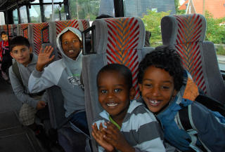 P� VEI TIL SKOLEN: 15-20 prosent av elevene fra 0. til 3. klasse p� Elsted skole er tospr�klige. Barna f�r lengre skolevei, men samtidig et bedre undervisningstilbud.