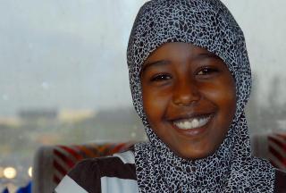 P� BUSSEN MED S�SKNENE: - Jeg har gode venner p� skolen, og leker med dem, sier Iman (10) i 3 C. Favorittfaget hennes er engelsk og hun har f�lge av to av s�sknene p� skolebussen.