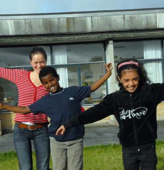 L�rer Solvejg Kristiansen sammen med elevene Ayub (8) og Shaima (8) fra 2 D balanserer i skoleg�rden.