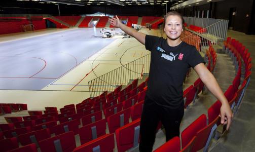 LARVIKS NYE STORSTUE: Nora Mørk viser fram Arena Larvik, et anlegg klubben håper vil løfte LHK til nye høyder. Foto: TORBJØRN BERG