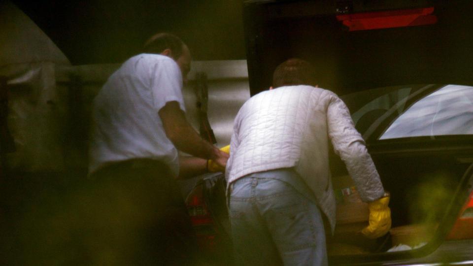 AVSL�RT: �Operasjon Broken Lorry� rullet opp en av norgeshistoriens mest omfattende narkonettverk. Her laster to menn 70 kilo hasj inn i en bil som skal tilbake til Nederland. Det de ikke visste er at politiets spanere sto parat med kameraet. Foto: KRIPOS