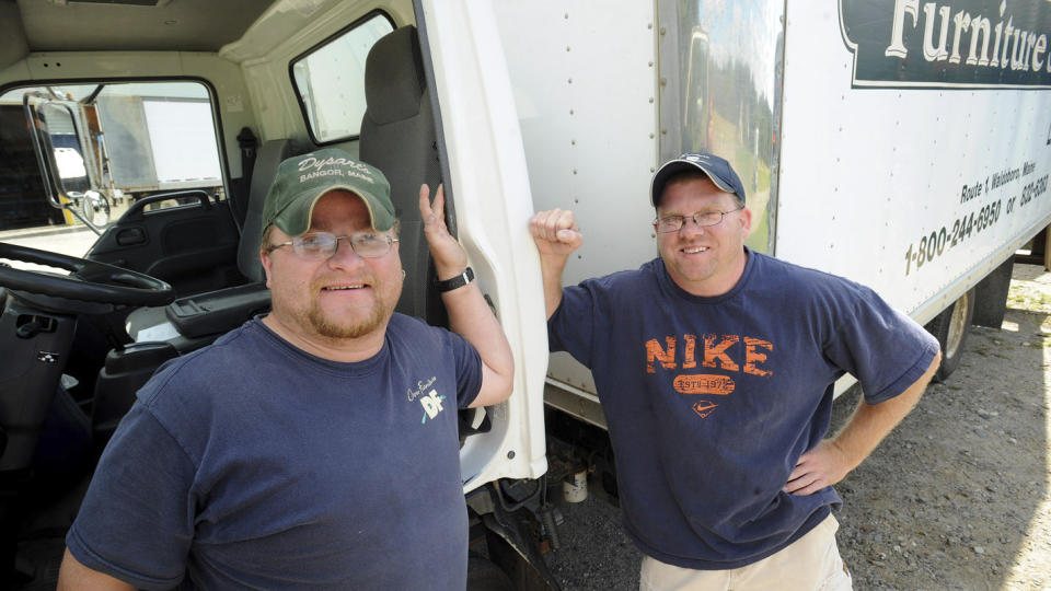 SKILT SOM BARN:  Gary Nisbet (35) til h�yre og Randy Joubert (36) flyttet m�bler i samme selskap da de fant ut at de var br�dre. Foto: AP Photo/The Bangor Daily News, Gabor Degre/Scanpix