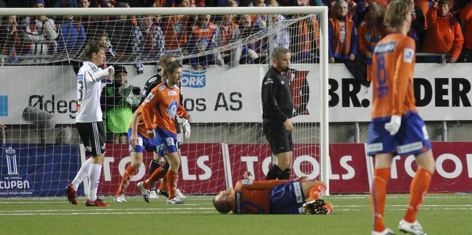 The Norwegian nutcase: Kenneth Dokken assaults Johan Arneng (Aalesund Odd Grenland)