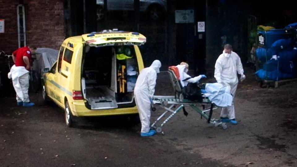 KREVDE SITT 13. LIV I DAG: Her ankommer en kvinne med mistanke om svineinfluensasmitte Legevakta i Oslo. B�de hun og pleierne er kledd i verneutstyr. Illustrasjonsfoto: �istein Norum Monsen/DAGBLADET