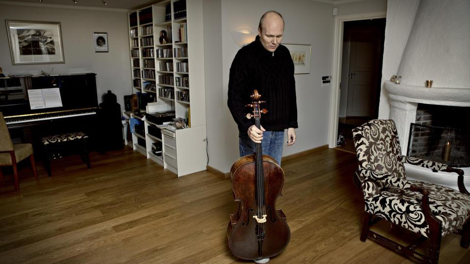 SYK: Truls M�rk ble bitt av fl�tt og p�dro seg senere den femte barnesykdom. Han kan ikke lenger spille chello, og har avlyst alle konserter ett halvt �r framover. Foto: Lars Eivind Bones/Dagbladet