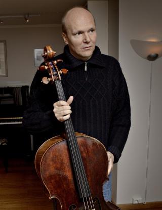 BITT AV FL�TT: Lammelsene i venstre skulder og arm er fortsatt for store til at han klarer � spille p� sin 12-millionerscello fra 1723. Foto: Lars Eivind Bones/Dagbladet