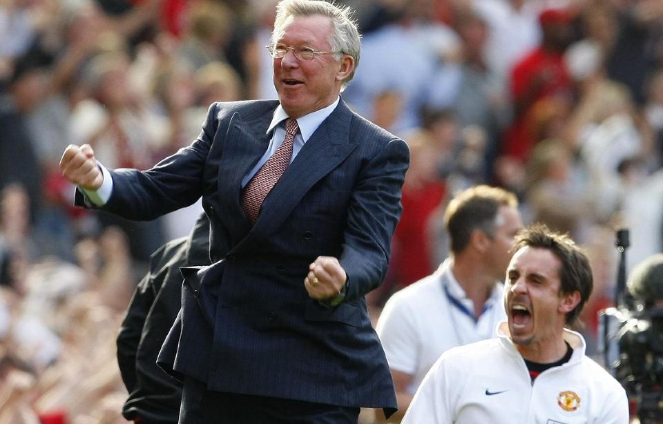 S� GLADE: Alex Ferguson (t.v) og Gary Neville feiret sammen p� sidelinja da United slo City 4-3 i september, i ligaen. Foto: REUTERS/Phil Noble
