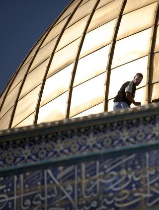 SOLA SKINNER P� AL-AQSA-MOSKEEN: Dr�yt 20 prosent av befolkningen i Israel er ikke-j�der, og av disse er 16,5 prosent sunnimuslimer, 2,1 kristne og 1,7 drusere. Her jobber en h�ndverker p� kuppelen p� Al-Aqsa-moskeen i Jerusalem, men religionsfriheten i Israel f�r sterk kritikk i en ny rapport. Foto: AFP PHOTO/MARCO LONGARI/Scanpix