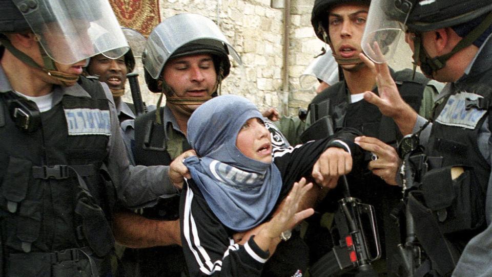 F�R KRITIKK: Her anholder israelske soldater en ung palestiner etter fredagsb�nnen i gamlebyen i Jerusalem en oktoberdag i 2001. N� f�r religionsfriheten i Israel skarp kritikk. Israel diskriminerer systematisk kristne og muslimer, kvinner og etniske minoriteter, sl�r amerikansk UD fast. Foto: REUTERS/Evelyn Hockstein/Scanpix