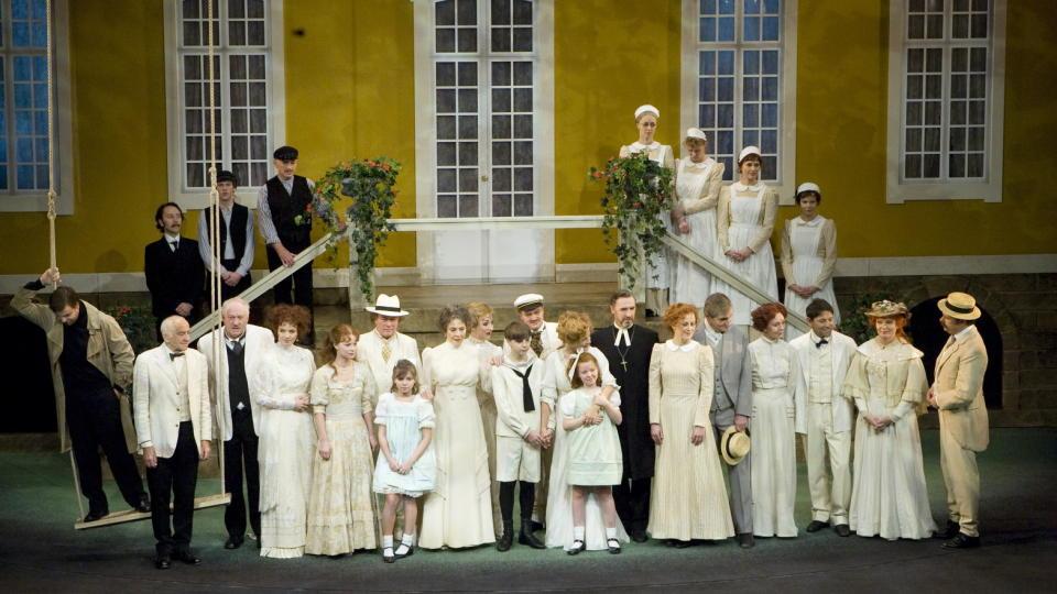 FRA BARNAS STÅSTED: Nationaltheatrets Fanny og Alexander er fortalt fra barnas synsvinkel. Her er hele ensemblet samlet på scenen. Foto: Scanpix.