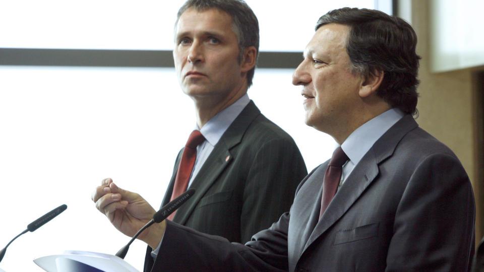 NEI!: Flertallet i Norge vil stemme nei ved en eventuell folkeavstemning om EU-medlemskap, if�lge ny unders�kelse. Statsminister Jens Stoltenberg (t.v) sammen med formannen i EU-kommisjonen Jose Manuel Barroso i Brussel i 2008. Foto: REUTERS/Sebastien Pirlet/Scanpix