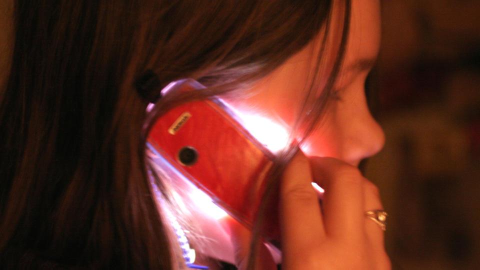 EKSPERTENE ER ENNÅ IKKE ENIGE: Noen forskere har funnet sammenheng mellom mobilstråling og helsefare, andre ikke. Om mobilen har en helseeffekt kan den være svak, mener en del forskere.  Foto: Roy Konterud / SCANPIX