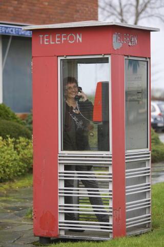 F�RE VAR: Sola kommune vil styre unna str�ling fra mobiltelefoner. Sissel R�ynstrand er HMS- koordinator i kommunen, som g�r inn for kabler og mot tr�dl�se nettverk.  Foto: Alf Ove Hansen / Dagbladet