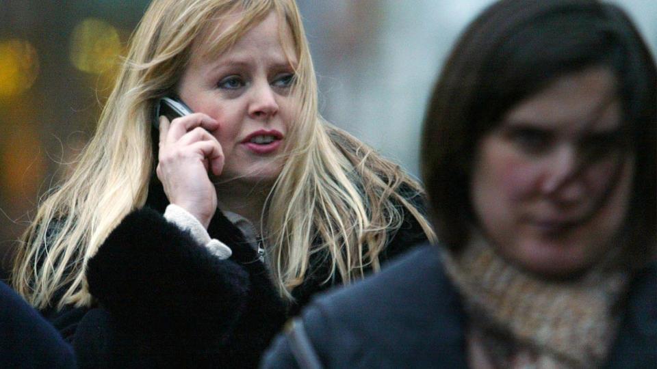 FRYKTER MOBILSTR�LER: B�de forskere og folk flest frykter at mobilen kan skade helsa. Forel�pig er det ingen tegn til at mobiler er helseskadelige, men mange �nsker likevel � endre grenseverdiene p� telefonene. Foto: AP