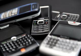 SENDER UT RADIOB�LGER: Mobiltelefoner gj�r oss i stand til � kommunisere med folk som oppholder seg et annet sted ved � sende ut radiofrekvente b�lger. Foto: EPA/ANDY RAIN