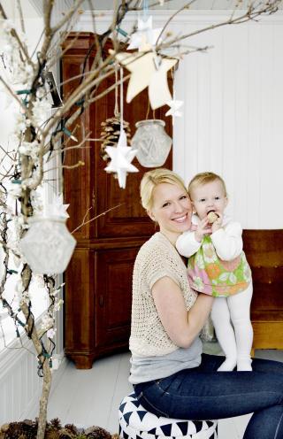 Julehygge: Jeanette Lunde med Alma (10 mnd.) har alltid laget julegavene sine selv. Hun driver ogs� bloggen Fryd   Design.